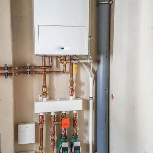 kocioł gazowy oraz rozdzielacz ze sprzęgłem hydraulicznym